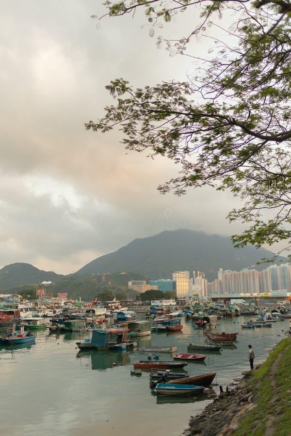Σύγχρονα κτήρια πολυόροφων κτιρίων με το μπλε ουρανό στην πόλη στην αιχμή Βικτώριας ` s, Χονγκ Κονγκ στοκ εικόνες