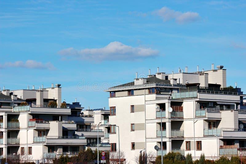 Σύγχρονα κτήρια χαμηλός-ανόδου, σπίτια μοντέρνος αστικός προγραμματισμός κατάλληλη κατοικία για τους πολίτες πεζούλια και μεγάλα  στοκ εικόνα με δικαίωμα ελεύθερης χρήσης