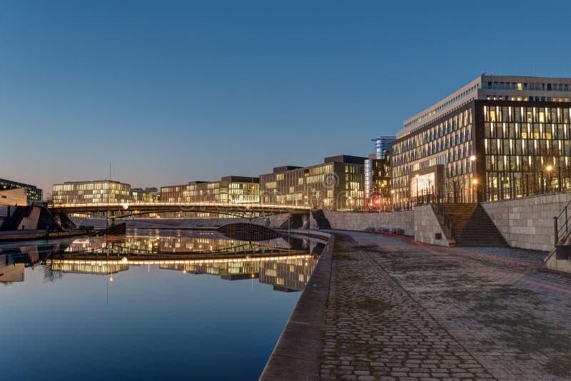 Σύγχρονα κτίρια γραφείων στο ξεφάντωμα ποταμών στο Βερολίνο στοκ φωτογραφίες με δικαίωμα ελεύθερης χρήσης