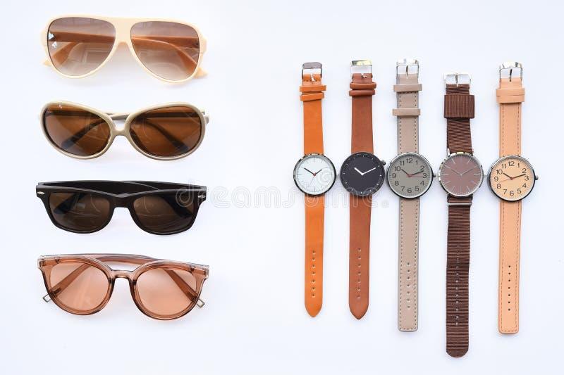 Σύγχρονα μοντέρνα γυαλιά ηλίου και σύνολο πολύχρωμου wristwatch στοκ φωτογραφία με δικαίωμα ελεύθερης χρήσης