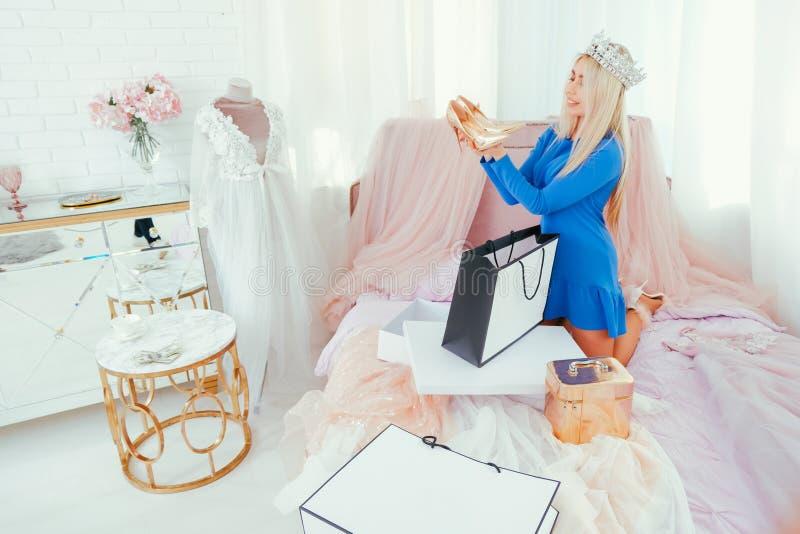 Σύγχρονα πλούσια γυναικεία νέα παπούτσια τρόπου ζωής πριγκηπισσών στοκ εικόνες