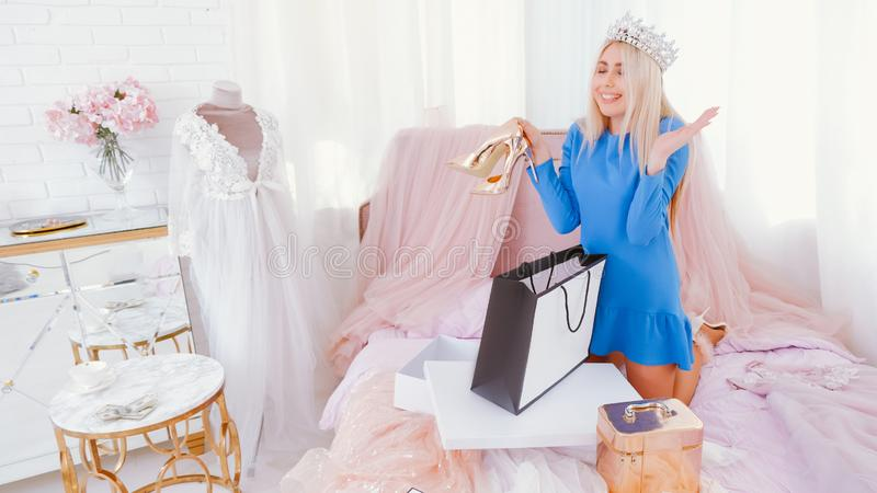 Σύγχρονα πριγκηπισσών παπούτσια γυναικείων δώρων τρόπου ζωής ευτυχή στοκ εικόνες