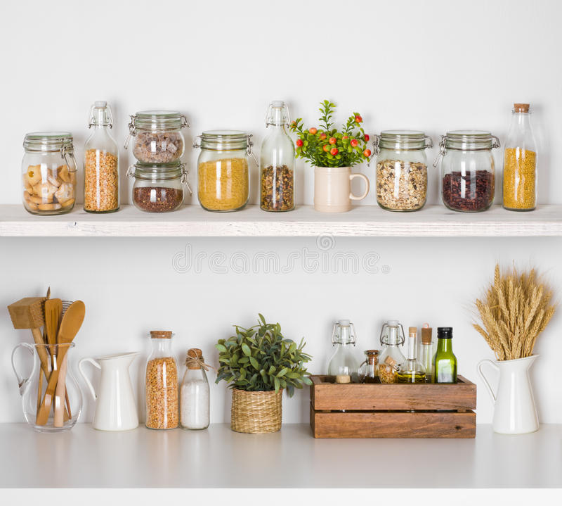 Σύγχρονα ράφια κουζινών με τα διάφορα συστατικά τροφίμων στο άσπρο υπόβαθρο στοκ φωτογραφίες με δικαίωμα ελεύθερης χρήσης