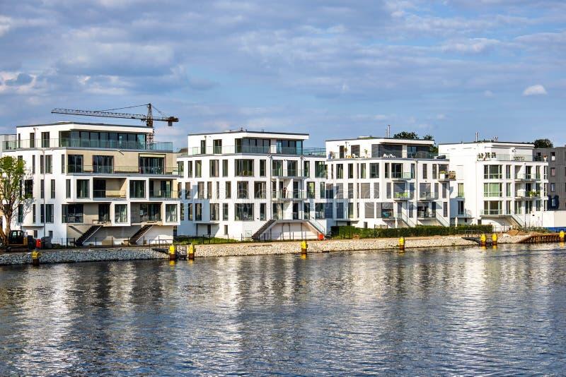Σύγχρονα σπίτια στο ξεφάντωμα ποταμών στοκ εικόνες