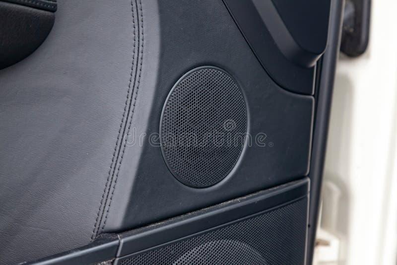 Σύγχρονα στρογγυλά κάγκελα ομιλητών στο μαύρο χρώμα στην πόρτα μέσα στο εσωτερικό αυτοκινήτων, δυναμική κύκλων με τα στοιχεία χρω στοκ φωτογραφία