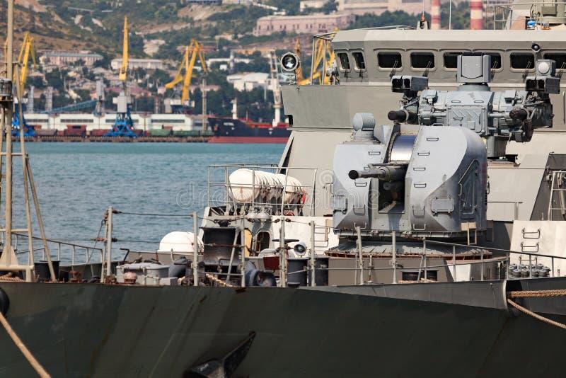 Σύγχρονα όπλα στο κατάστρωμα ενός στρατιωτικού πλοίου στοκ εικόνα