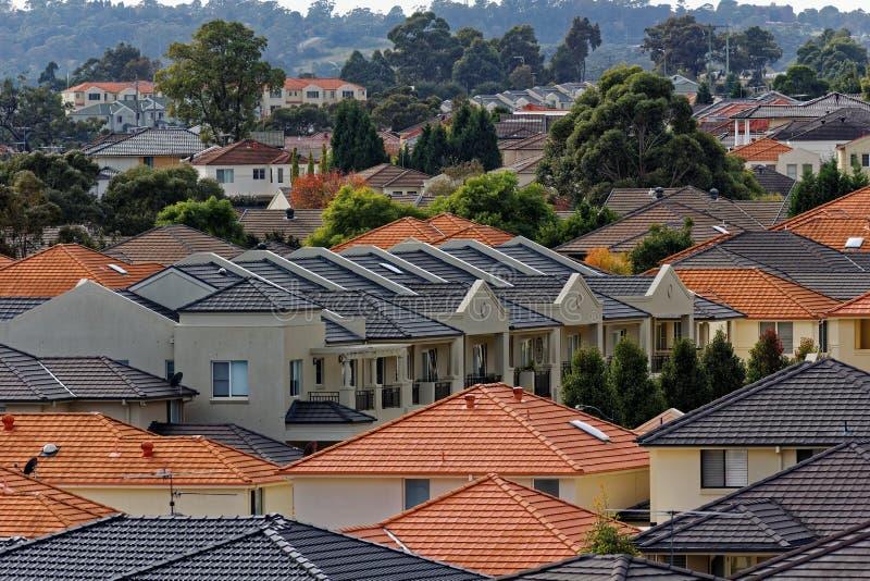 Σύγχρονα terraced σπίτια στην εξωραϊσμένη περιοχή στοκ εικόνες