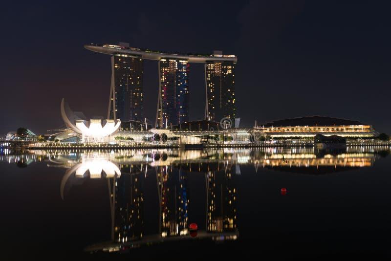 Σύγχρονες άμμοι κόλπων μαρινών ξενοδοχείων τη νύχτα, Σιγκαπούρη στοκ φωτογραφία με δικαίωμα ελεύθερης χρήσης