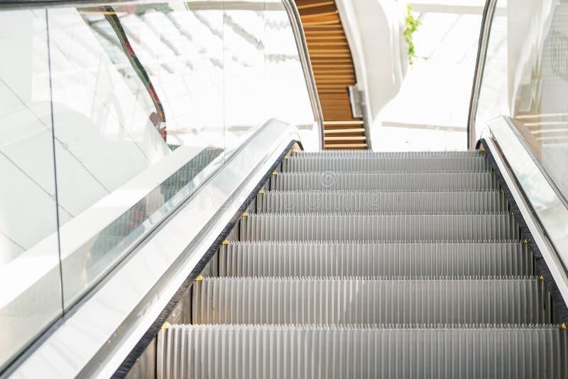 Σύγχρονες ηλεκτρικές γκρίζες κυλιόμενες σκάλες που κινούνται επάνω στοκ εικόνα με δικαίωμα ελεύθερης χρήσης