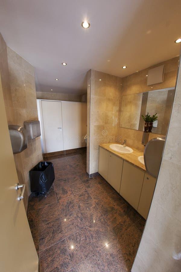 Σύγχρονες δημόσιες τουαλέτες WC στοκ εικόνα με δικαίωμα ελεύθερης χρήσης