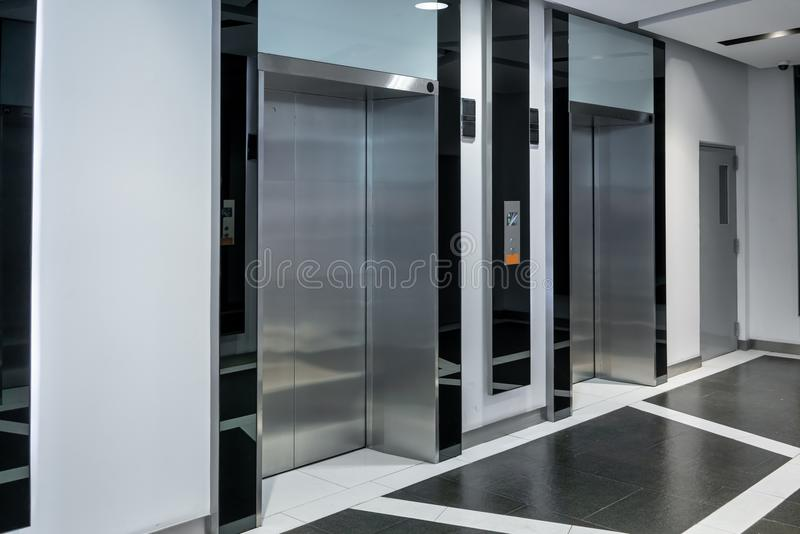 Σύγχρονες καμπίνες ανελκυστήρων χάλυβα σε ένα επιχειρησιακό λόμπι ή ένα ξενοδοχείο, διά στοκ φωτογραφίες