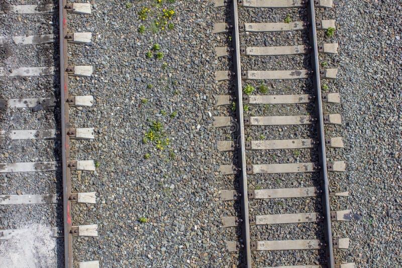 Σύγχρονες κενές διαδρομές σιδηροδρόμου κατά τη τοπ άποψη πετρών στοκ εικόνες