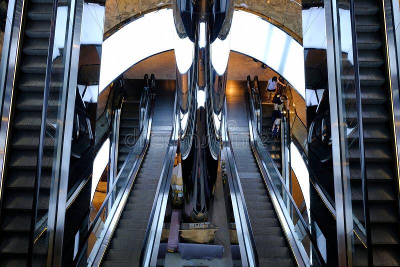 Σύγχρονες κυλιόμενες σκάλες λεωφόρων αγορών, Σίδνεϊ, Αυστραλία στοκ εικόνες