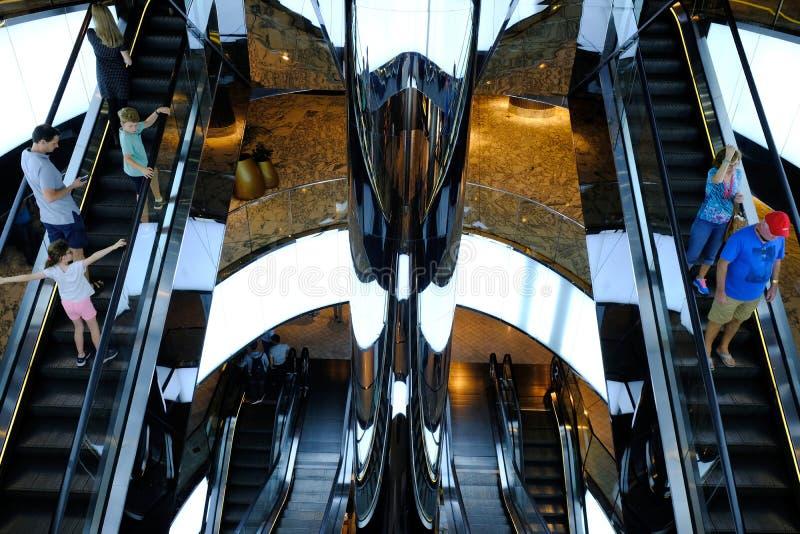 Σύγχρονες κυλιόμενες σκάλες λεωφόρων αγορών, Σίδνεϊ, Αυστραλία στοκ φωτογραφίες