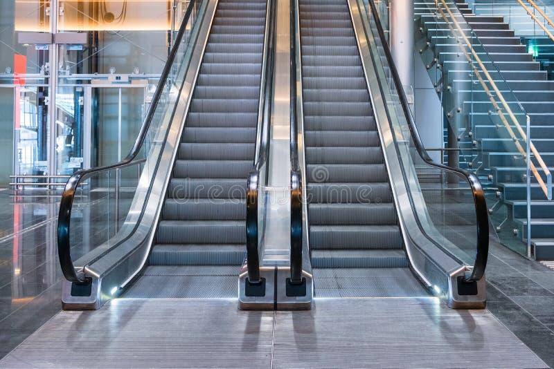 Σύγχρονες κυλιόμενες σκάλες πολυτέλειας με τη σκάλα στοκ εικόνες