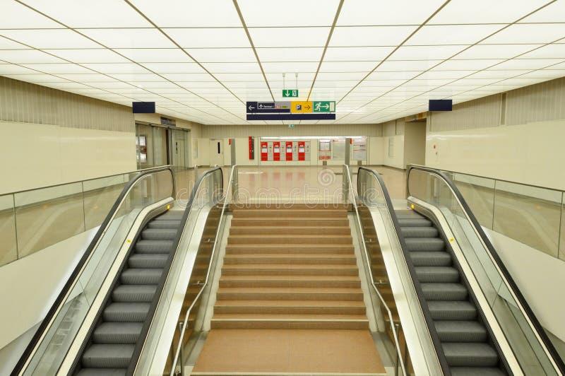 Σύγχρονες κυλιόμενες σκάλες στο σταθμό τρένου στοκ εικόνες με δικαίωμα ελεύθερης χρήσης