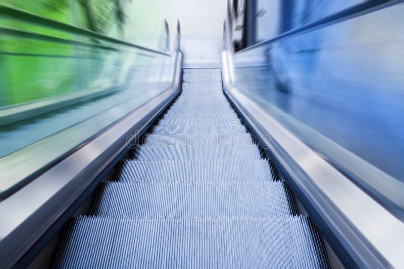 Σύγχρονες κυλιόμενες σκάλες της οικοδόμησης ή του αερολιμένα στοκ φωτογραφία με δικαίωμα ελεύθερης χρήσης