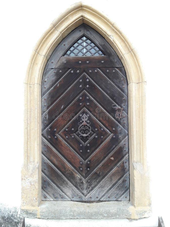 Σύγχρονες ξύλινες μεσαιωνικές κατασκευές πορτών που δημιουργούν τους ξύλινους υπόγειους θαλάμους στοκ εικόνες