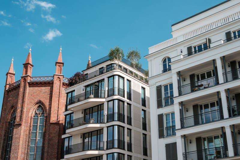 Σύγχρονες πολυκατοικίες αρχιτεκτονικής και παλαιά εκκλησία - ακίνητη περιουσία στο Βερολίνο, Mitte στοκ φωτογραφία
