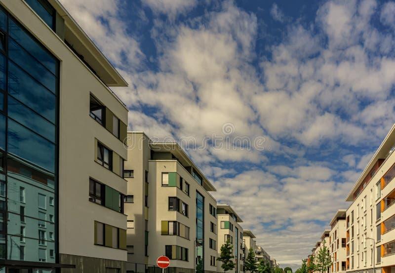 Σύγχρονες πολυκατοικίες κάτω από έναν νεφελώδη θερινό ουρανό στοκ φωτογραφία