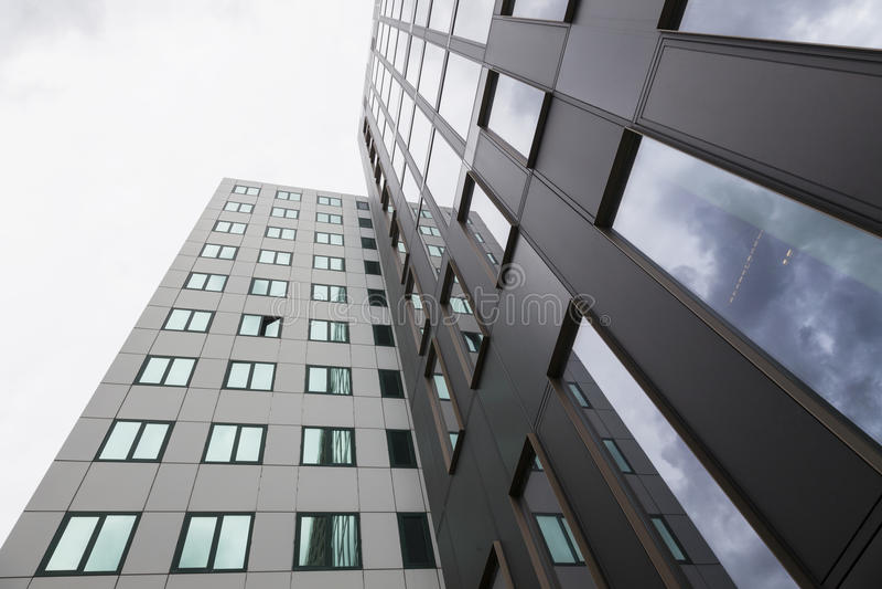 Σύγχρονες προσόψεις των κτιρίων γραφείων και των αντανακλάσεων των σύννεφων μέσα στοκ φωτογραφία