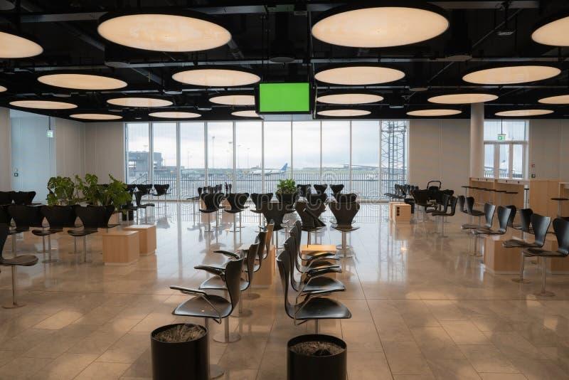 Σύγχρονες σκανδιναβικές σχεδιαστικές αεροπορικές εταιρείες που περιμένουν το εσωτερικό του σαλονιού τους με μια πράσινη οθόνη που στοκ εικόνες