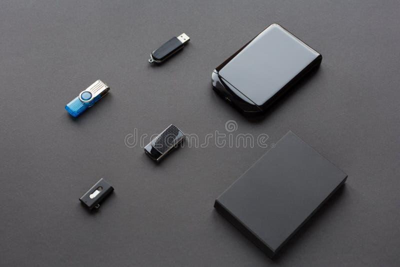 Σύγχρονες ψηφιακές συσκευές για τη μεταφορά και την αποθήκευση των πληροφοριών Κινήσεις λάμψης και εξωτερικοί σκληροί δίσκοι στοκ εικόνες