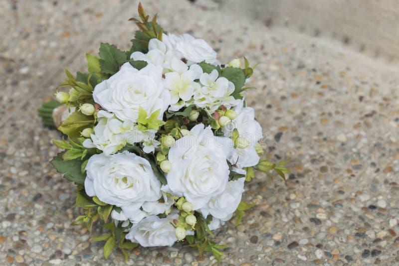 Σύγχρονη άσπρη γαμήλια ανθοδέσμη στοκ εικόνες