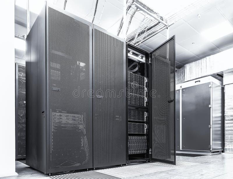 Σύγχρονη έννοια υπολογιστών τεχνολογίας δικτύων και τηλεπικοινωνιών: δωμάτιο κεντρικών υπολογιστών στο datacenter Μαύρο λευκό στοκ φωτογραφία