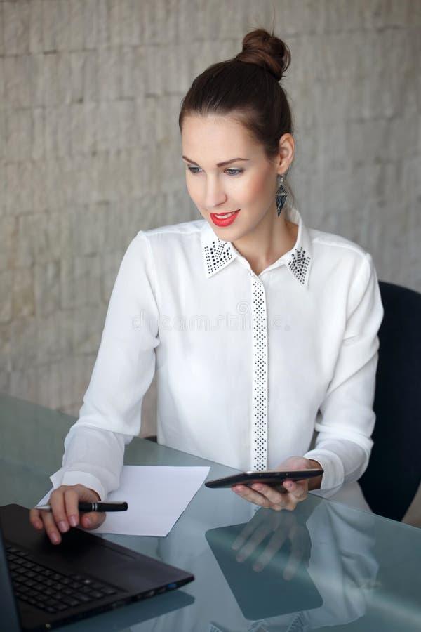 Σύγχρονη δακτυλογράφηση επιχειρηματιών στο lap-top στοκ φωτογραφία με δικαίωμα ελεύθερης χρήσης