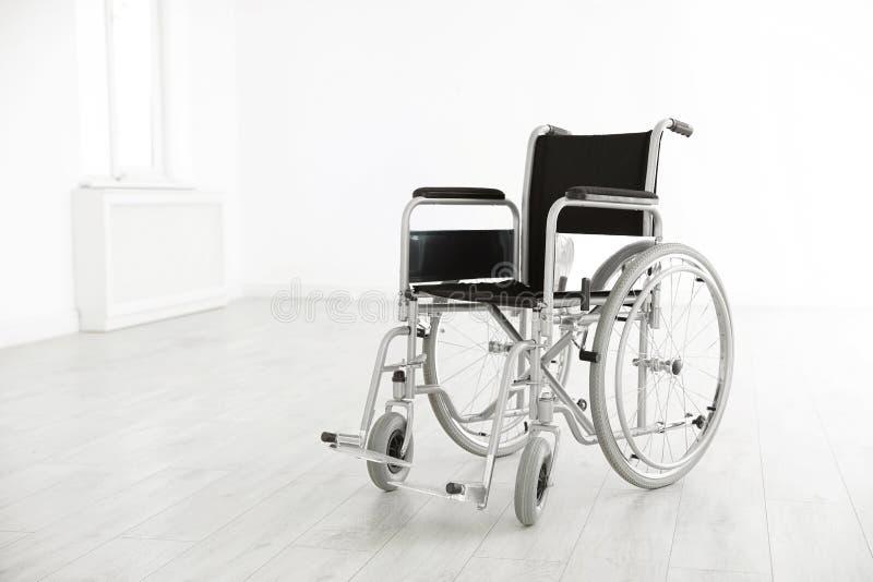 Σύγχρονη αναπηρική καρέκλα στο κενό δωμάτιο Ιατρικός εξοπλισμός στοκ εικόνες