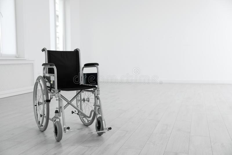 Σύγχρονη αναπηρική καρέκλα στο κενό δωμάτιο Ιατρικός εξοπλισμός στοκ φωτογραφίες