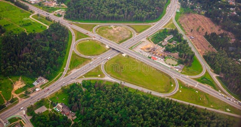 Σύγχρονη ανταλλαγή μεταφορών στη intercity εθνική οδό στοκ εικόνες