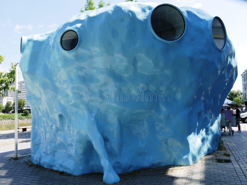 Σύγχρονη απουσία εργασίας, μπλε κύβος Joep Van Lieshout στη Νάντη στοκ φωτογραφία με δικαίωμα ελεύθερης χρήσης