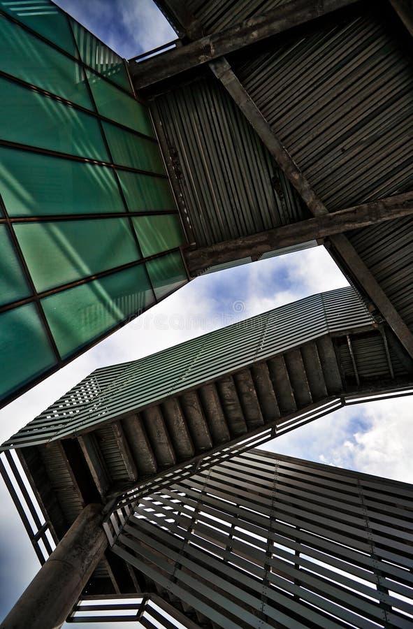 Σύγχρονη αρχιτεκτονική - κάτω από τα σκαλοπάτια στοκ φωτογραφίες