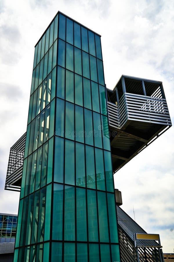 Σύγχρονη αρχιτεκτονική - πράσινος ανελκυστήρας γυαλιού στοκ φωτογραφία