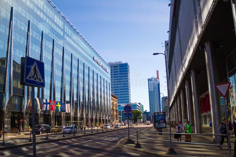 Σύγχρονη αρχιτεκτονική στην οδό του Ταλίν Ξενοδοχείο Tallink, νεαρός δικυκλιστής στοκ εικόνα