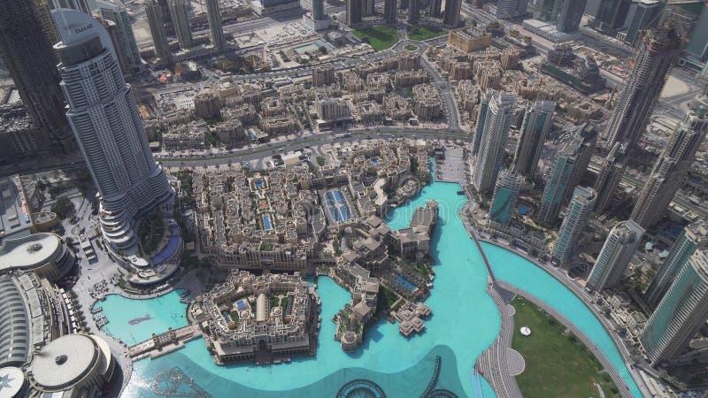 Σύγχρονη αρχιτεκτονική στο κέντρο της πόλης λίμνη του Ντουμπάι και Burj Khalifa στο πόδι του πιό ψηλού κτηρίου στον κόσμο στοκ εικόνα