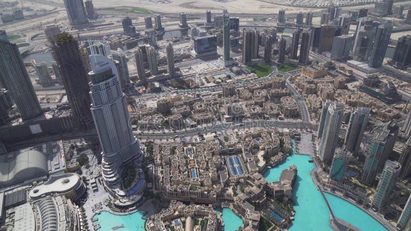 Σύγχρονη αρχιτεκτονική στο κέντρο της πόλης λίμνη του Ντουμπάι και Burj Khalifa στο πόδι του πιό ψηλού κτηρίου στον κόσμο στοκ φωτογραφίες με δικαίωμα ελεύθερης χρήσης