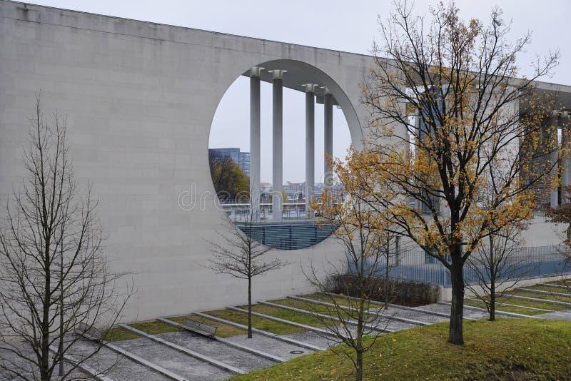 Σύγχρονη αρχιτεκτονική της γερμανικής καγκελερίας στο Βερολίνο στοκ φωτογραφία