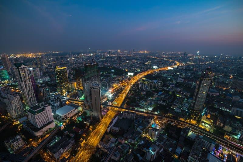 Σύγχρονη ασιατική megalopolis εικονική παράσταση πόλης τη νύχτα bangkok thailand στοκ φωτογραφίες