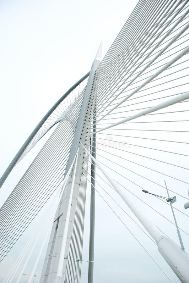 Σύγχρονη γέφυρα για να πάρει τη μορφή & τις γραμμές στοκ φωτογραφία