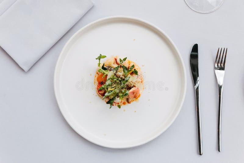 Σύγχρονη γαλλική κουζίνα: Τοπ άποψη της σαλάτας ουρών αστακών συμπεριλαμβανομένου του αστακού, του σπαραγγιού και των ψημένων σπό στοκ φωτογραφίες με δικαίωμα ελεύθερης χρήσης