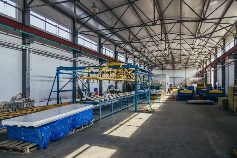 Σύγχρονη γραμμή παραγωγής επιτροπής σάντουιτς θερμικής μόνωσης Εργαλειομηχανές, μεταφορέας κυλίνδρων στο εργαστήριο στοκ εικόνα