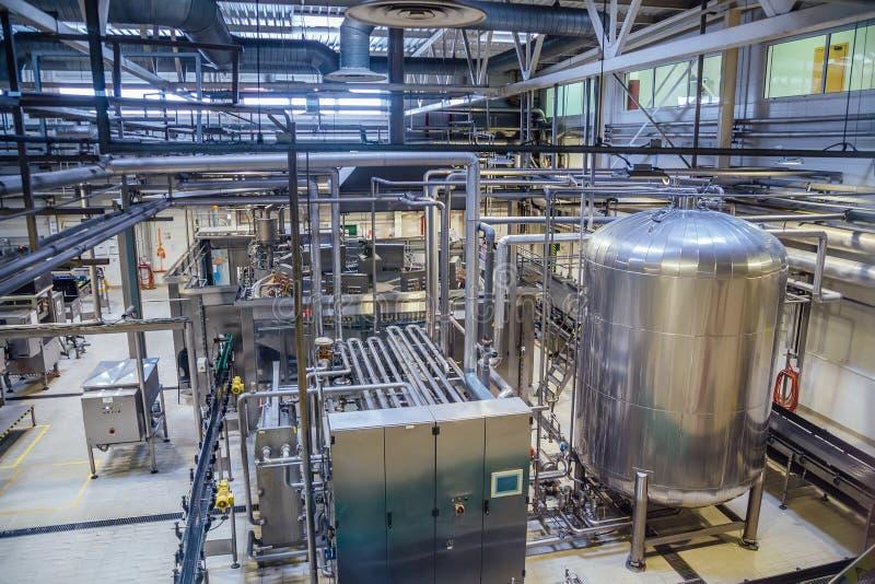 Σύγχρονη γραμμή παραγωγής ζυθοποιείων Μεγάλη δεξαμενή για τη ζύμωση και την ωρίμανση μπύρας, τις σωληνώσεις και το σύστημα διήθησ στοκ φωτογραφία