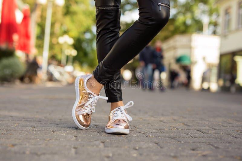 Σύγχρονη γυναίκα στα shinny πάνινα παπούτσια s στοκ εικόνες