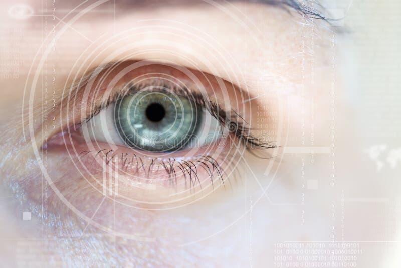 Σύγχρονη γυναίκα cyber με το ψηφιακό μάτι ελεύθερη απεικόνιση δικαιώματος