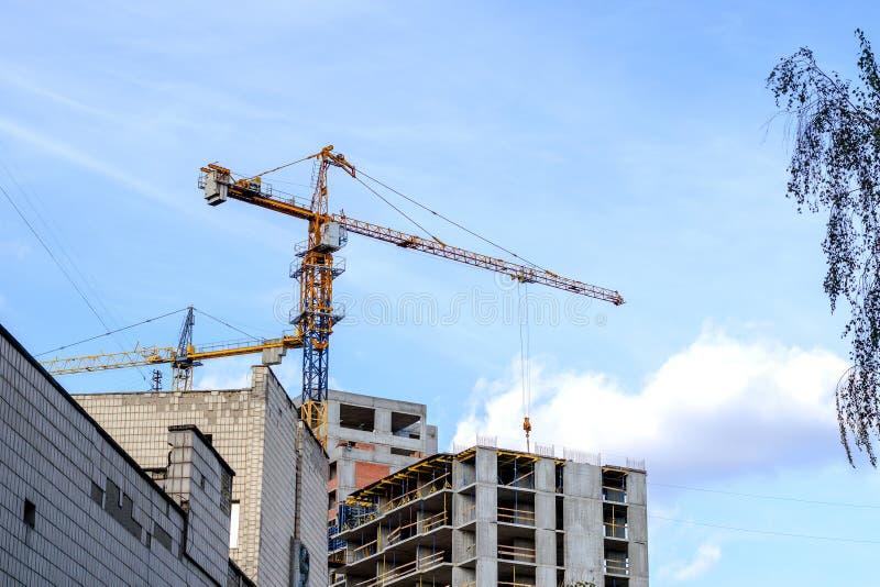 Σύγχρονη δραστηριότητα κτηρίου Ψηλός γερανός πύργων σε ένα εργοτάξιο οικοδομής κατά την οικοδόμηση ενός σπιτιού στοκ φωτογραφία με δικαίωμα ελεύθερης χρήσης