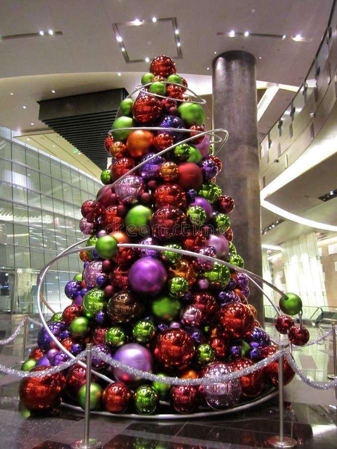 Σύγχρονη εορταστική εσωτερική επίδειξη χριστουγεννιάτικων δέντρων στοκ εικόνες με δικαίωμα ελεύθερης χρήσης