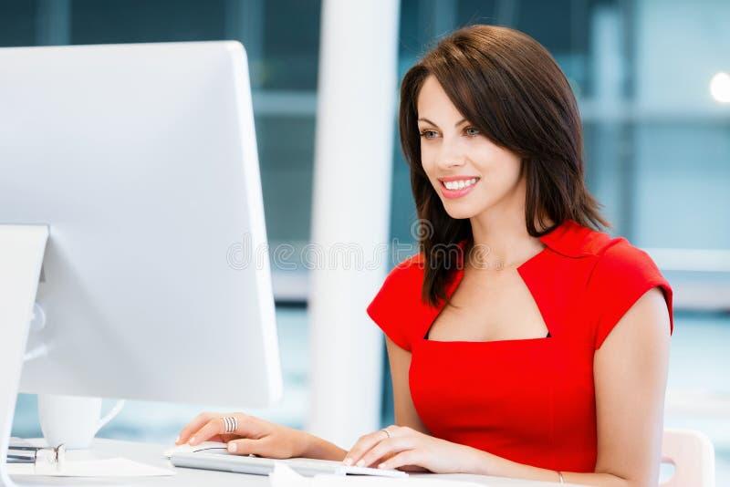 Σύγχρονη επιτυχής επιχειρησιακή γυναίκα στοκ φωτογραφία με δικαίωμα ελεύθερης χρήσης
